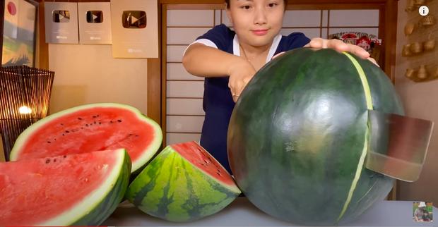 """Quỳnh Trần JP """"mạnh tay"""" mua thử trái dưa hấu đen đắt nhất thế giới về review, khẳng định hương vị không xứng với số tiền bỏ ra - Ảnh 6."""