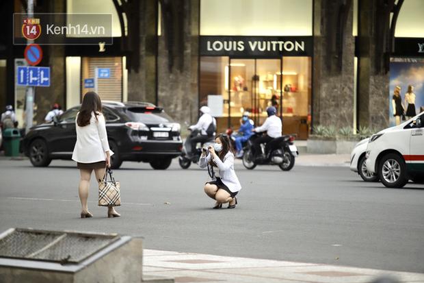 Chùm ảnh: Giới trẻ Sài Gòn kín mít khẩu trang xuống phố, mua sắm hay sống ảo đều nhanh chóng, đề cao cảnh giác - Ảnh 12.