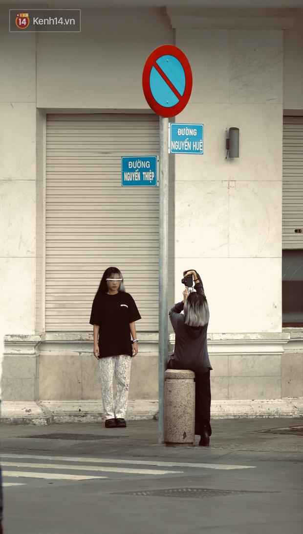 Chùm ảnh: Giới trẻ Sài Gòn kín mít khẩu trang xuống phố, mua sắm hay sống ảo đều nhanh chóng, đề cao cảnh giác - Ảnh 14.