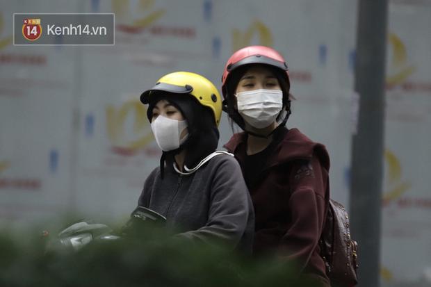 Chùm ảnh: Giới trẻ Sài Gòn kín mít khẩu trang xuống phố, mua sắm hay sống ảo đều nhanh chóng, đề cao cảnh giác - Ảnh 19.