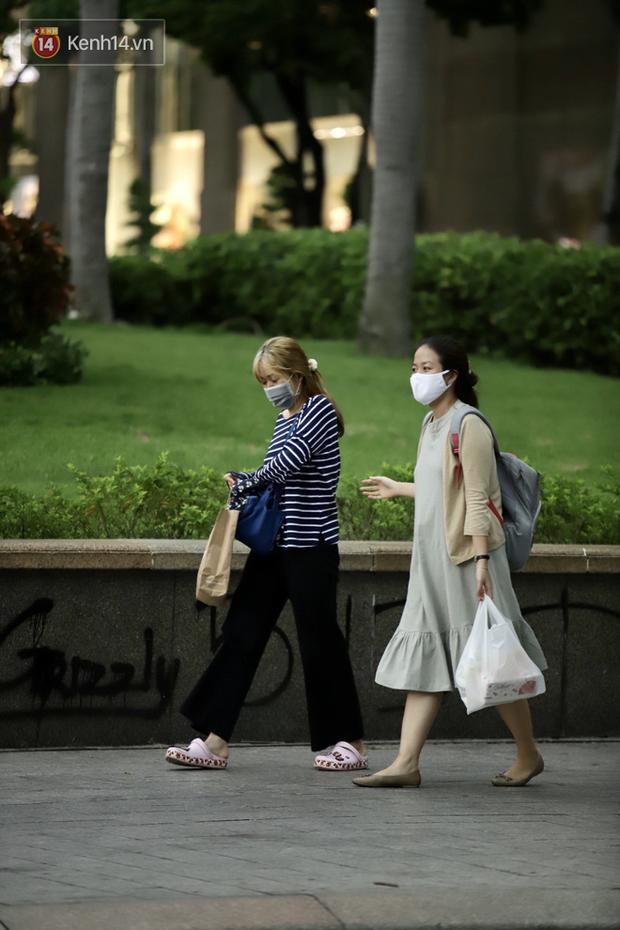 Chùm ảnh: Giới trẻ Sài Gòn kín mít khẩu trang xuống phố, mua sắm hay sống ảo đều nhanh chóng, đề cao cảnh giác - Ảnh 17.