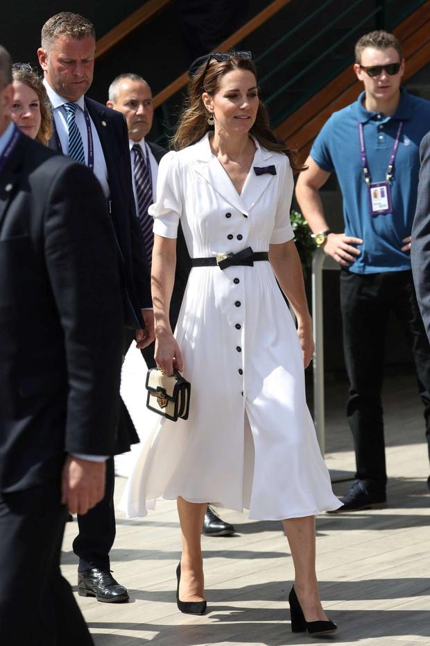 Biết là Công nương Kate mặc đẹp nhưng ít ai nhận ra kiểu váy ruột giúp cô vừa trẻ trung lại trông như gầy đi 5kg - Ảnh 2.