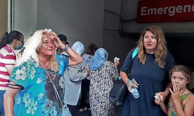 Bệnh viện sau vụ nổ Beirut, nơi sự sống và cái chết chỉ cách gang tấc: Y tá ôm 3 trẻ sơ sinh cầu cứu, mẹ quỳ gối an ủi con trai - Ảnh 1.