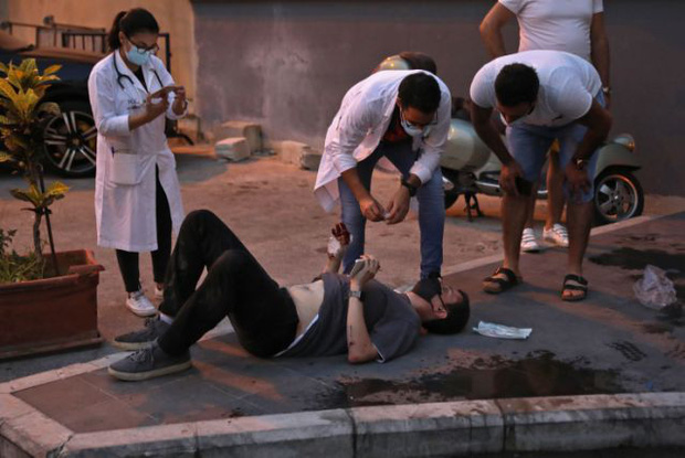 Bệnh viện sau vụ nổ Beirut, nơi sự sống và cái chết chỉ cách gang tấc: Y tá ôm 3 trẻ sơ sinh cầu cứu, mẹ quỳ gối an ủi con trai - Ảnh 2.