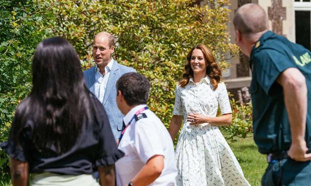 Biết là Công nương Kate mặc đẹp nhưng ít ai nhận ra kiểu váy ruột giúp cô vừa trẻ trung lại trông như gầy đi 5kg - Ảnh 3.
