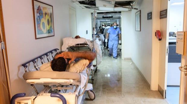 Bệnh viện sau vụ nổ Beirut, nơi sự sống và cái chết chỉ cách gang tấc: Y tá ôm 3 trẻ sơ sinh cầu cứu, mẹ quỳ gối an ủi con trai - Ảnh 4.