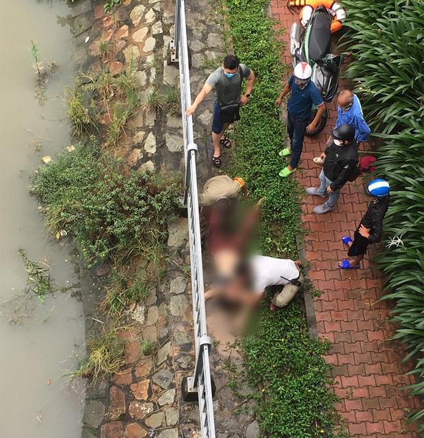 Để lại đôi dép, người phụ nữ nhảy xuống dòng kênh tự tử ở trung tâm Sài Gòn  - Ảnh 1.
