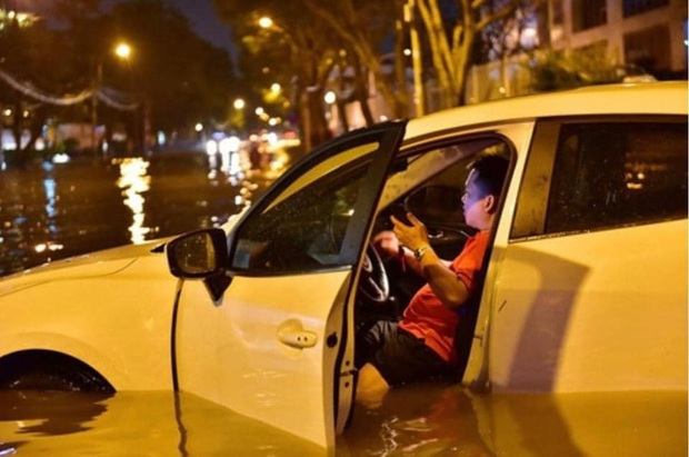 Trận ngập lớn nhất ở Sài Gòn từ đầu năm: Nhiều tuyến phố biến thành sông, hàng loạt phương tiện chết máy - Ảnh 13.