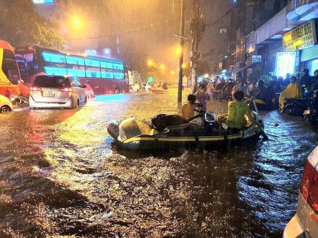 Trận ngập lớn nhất ở Sài Gòn từ đầu năm: Nhiều tuyến phố biến thành sông, hàng loạt phương tiện chết máy - Ảnh 20.