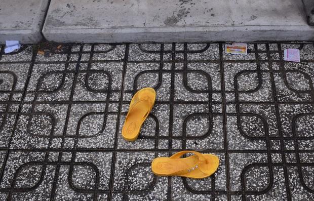 Để lại đôi dép, người phụ nữ nhảy xuống dòng kênh tự tử ở trung tâm Sài Gòn  - Ảnh 2.
