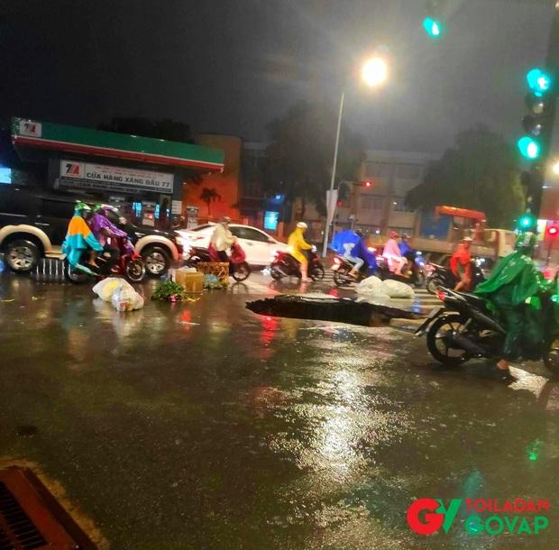 Trận ngập lớn nhất ở Sài Gòn từ đầu năm: Nhiều tuyến phố biến thành sông, hàng loạt phương tiện chết máy - Ảnh 19.