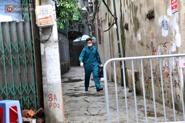 Ảnh: Lực lượng chức năng túc trực, hỗ trợ cung cấp nhu yếu phẩm vào khu cách ly tại Phúc Diễn nơi bệnh nhân 714 sinh sống - Ảnh 10.