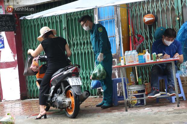 Ảnh: Lực lượng chức năng túc trực, hỗ trợ cung cấp nhu yếu phẩm vào khu cách ly tại Phúc Diễn nơi bệnh nhân 714 sinh sống - Ảnh 3.