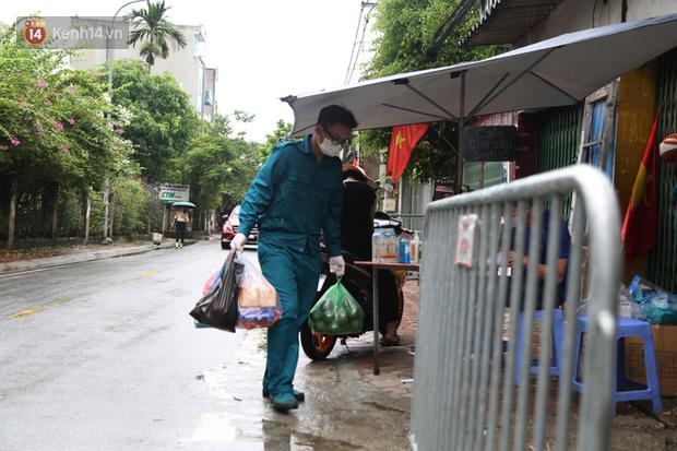 Ảnh: Lực lượng chức năng túc trực, hỗ trợ cung cấp nhu yếu phẩm vào khu cách ly tại Phúc Diễn nơi bệnh nhân 714 sinh sống - Ảnh 7.