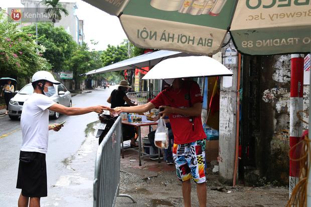 Ảnh: Lực lượng chức năng túc trực, hỗ trợ cung cấp nhu yếu phẩm vào khu cách ly tại Phúc Diễn nơi bệnh nhân 714 sinh sống - Ảnh 11.