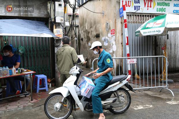 Ảnh: Lực lượng chức năng túc trực, hỗ trợ cung cấp nhu yếu phẩm vào khu cách ly tại Phúc Diễn nơi bệnh nhân 714 sinh sống - Ảnh 4.