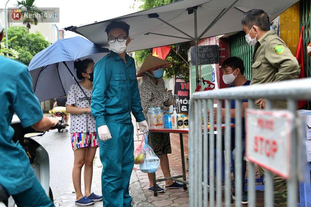 Ảnh: Lực lượng chức năng túc trực, hỗ trợ cung cấp nhu yếu phẩm vào khu cách ly tại Phúc Diễn nơi bệnh nhân 714 sinh sống - Ảnh 6.