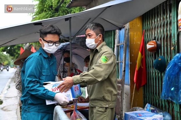 Ảnh: Lực lượng chức năng túc trực, hỗ trợ cung cấp nhu yếu phẩm vào khu cách ly tại Phúc Diễn nơi bệnh nhân 714 sinh sống - Ảnh 5.