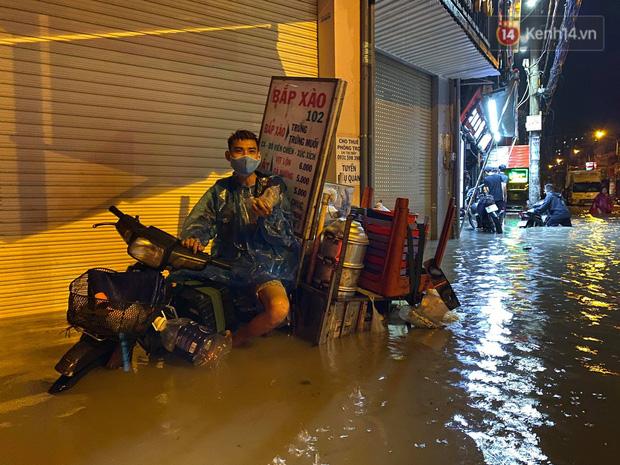Trận ngập lớn nhất ở Sài Gòn từ đầu năm: Nhiều tuyến phố biến thành sông, hàng loạt phương tiện chết máy - Ảnh 14.