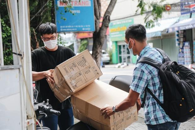 Cha đẻ ATM gạo lần đầu cho ra đời ATM khẩu trang miễn phí cho bà con Sài Gòn phòng dịch Covid-19 - Ảnh 14.