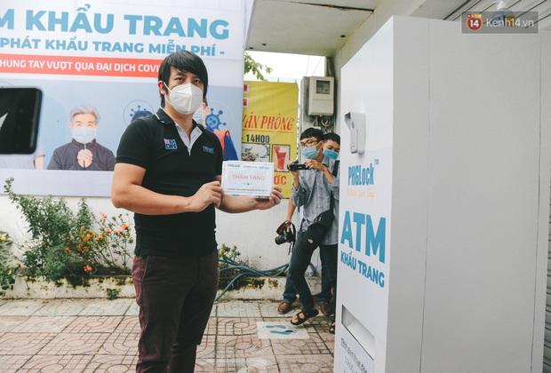 Cha đẻ ATM gạo lần đầu cho ra đời ATM khẩu trang miễn phí cho bà con Sài Gòn phòng dịch Covid-19 - Ảnh 5.