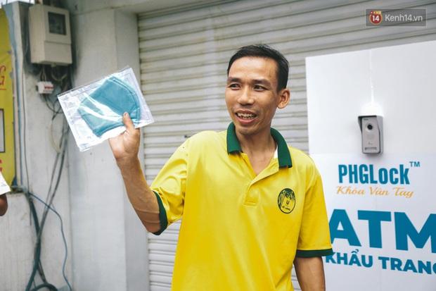 Cha đẻ ATM gạo lần đầu cho ra đời ATM khẩu trang miễn phí cho bà con Sài Gòn phòng dịch Covid-19 - Ảnh 10.