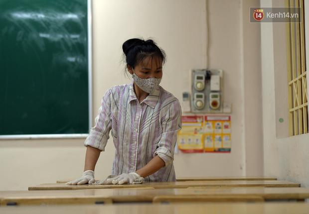 Cận cảnh quá trình phun sát khuẩn phòng thi, điểm thi THPT Quốc gia 2020 tại Hà Nội - Ảnh 7.