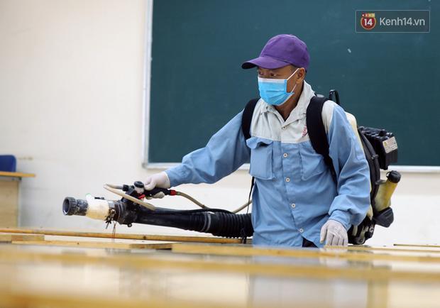 Cận cảnh quá trình phun sát khuẩn phòng thi, điểm thi THPT Quốc gia 2020 tại Hà Nội - Ảnh 10.
