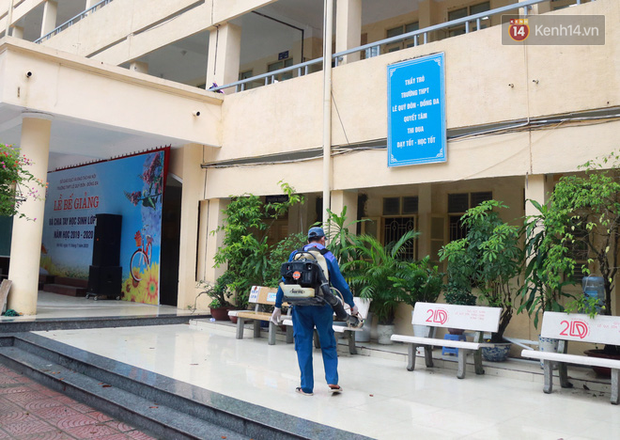 Cận cảnh quá trình phun sát khuẩn phòng thi, điểm thi THPT Quốc gia 2020 tại Hà Nội - Ảnh 11.