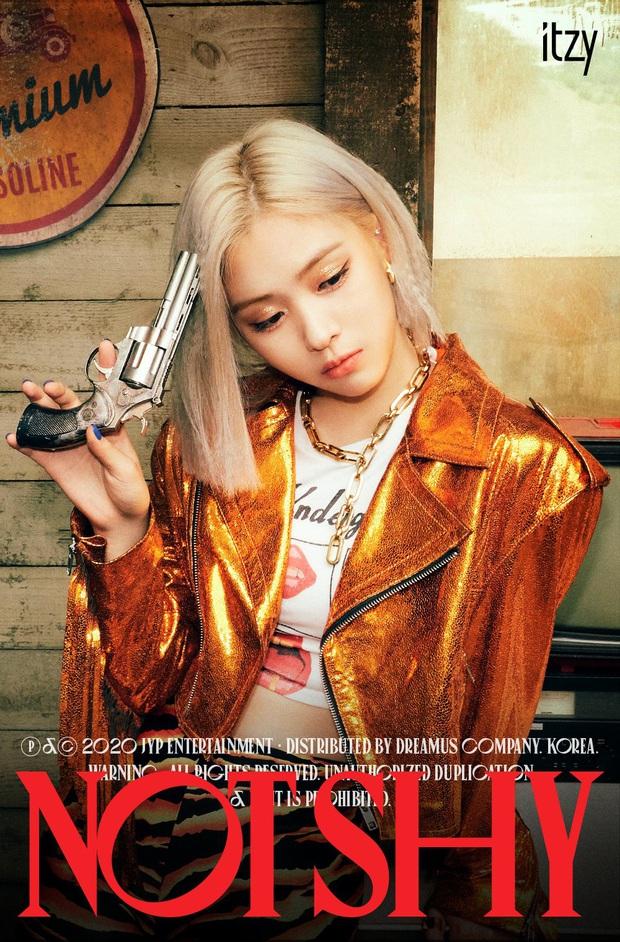 """ITZY tung bộ ảnh """"sặc mùi thuốc súng"""" nhá hàng comeback, ai cũng ngầu nhưng riêng visual khiến fan """"giận tím người"""" vì tóc mái - Ảnh 3."""