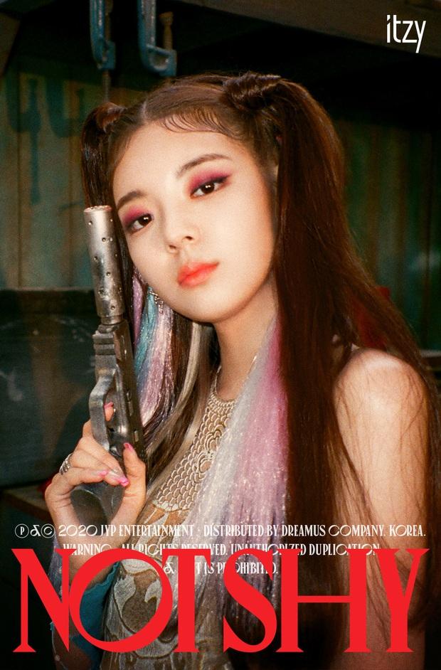 """ITZY tung bộ ảnh """"sặc mùi thuốc súng"""" nhá hàng comeback, ai cũng ngầu nhưng riêng visual khiến fan """"giận tím người"""" vì tóc mái - Ảnh 5."""