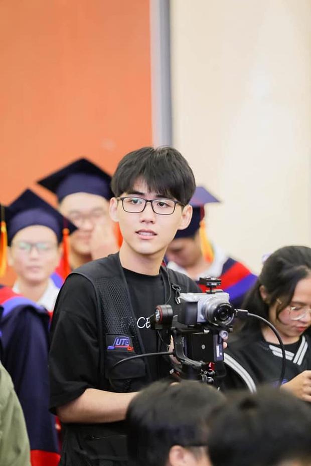 Đang tác nghiệp, chàng cameraman sinh năm 2k1 bị chụp lén, ai ngờ lại gây bão vì quá đẹp trai - Ảnh 1.