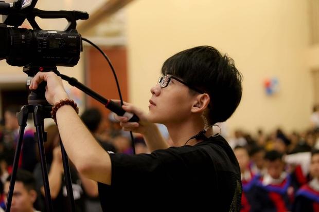 Đang tác nghiệp, chàng cameraman sinh năm 2k1 bị chụp lén, ai ngờ lại gây bão vì quá đẹp trai - Ảnh 4.