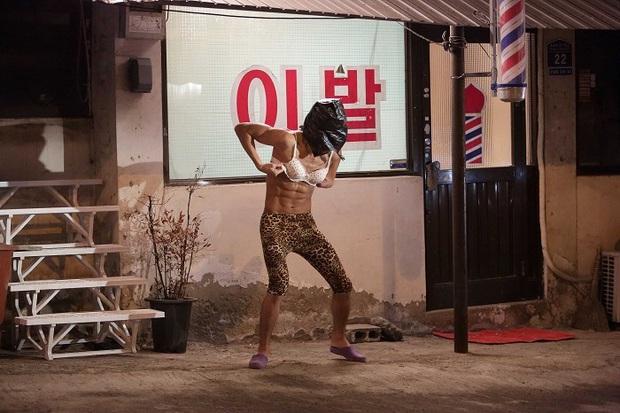 Ảnh diện nội y phụ nữ, quần da báo bị đào mộ, Kim Soo Hyun khiến dân tình từ chối nhận người quen! - Ảnh 4.