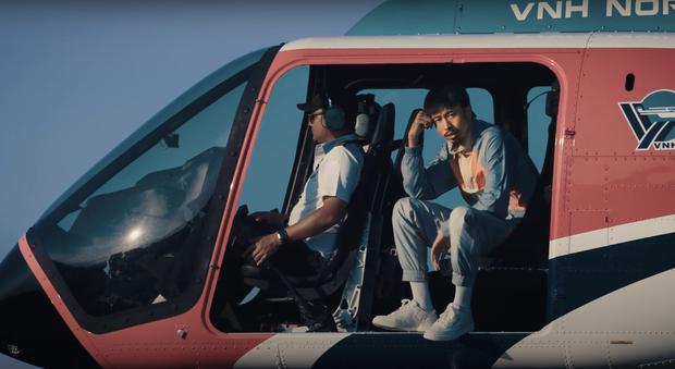 Đen Vâu ra MV có đúng 1 cảnh ngồi rap trong chiếc trực thăng đang bay trên trời, nghe đến cuối còn thấy cả cameo Tăng Thanh Hà - Ảnh 2.