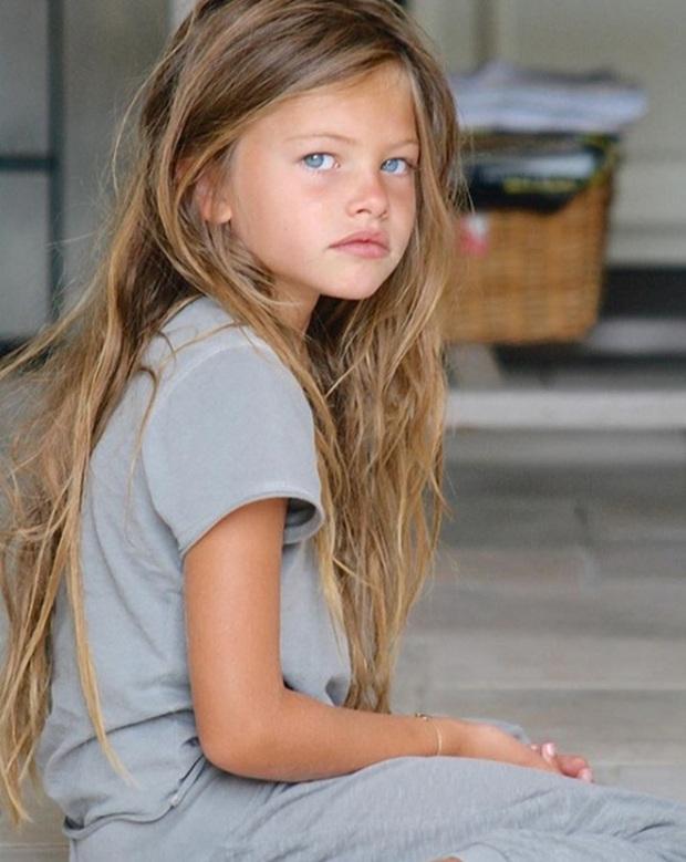 Cô bé đẹp nhất thế giới với đôi mắt xanh sâu như đại dương từng gây bão MXH bây giờ ra sao? - Ảnh 1.