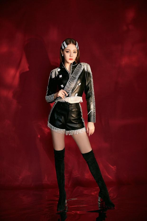 Những pha đọ visual nảy lửa giữa Jennie - Địch Lệ Nhiệt Ba: Đụng từ trang phục cho đến kiểu tóc, khó phân định ai đẹp hơn - Ảnh 8.