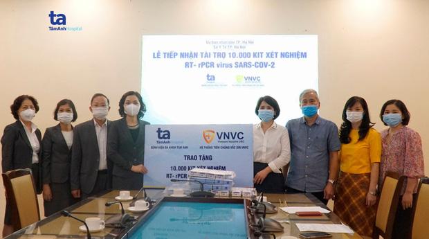 BV Tâm Anh và Hệ thống tiêm chủng VNVC trao tặng 10.000 bộ xét nghiệm SARS-COV-2 bổ sung cho Hà Nội - Ảnh 1.