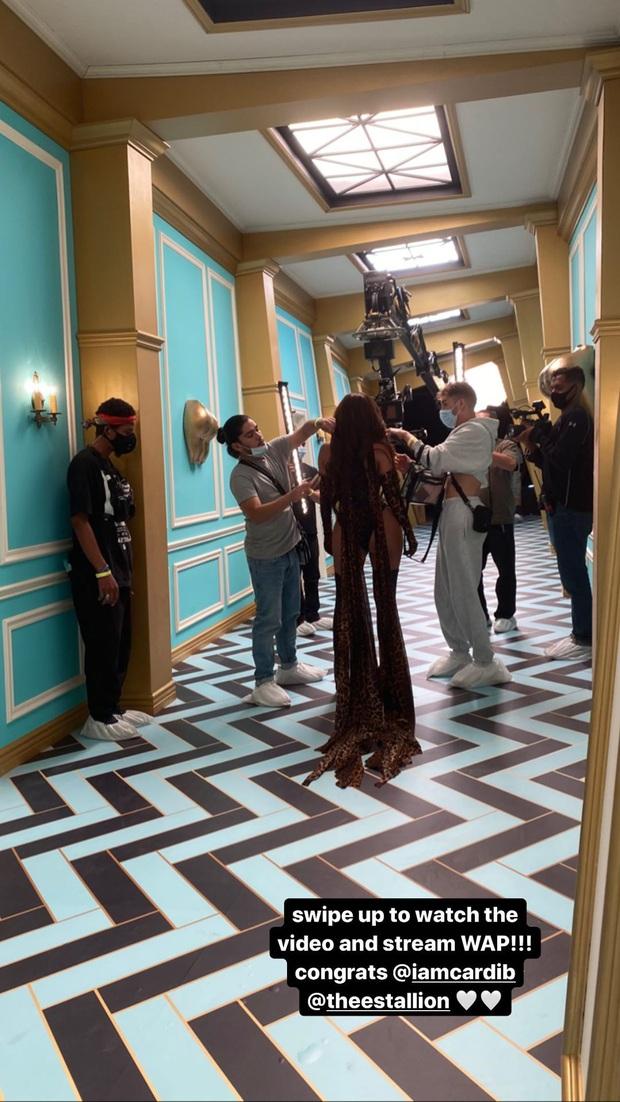 Kylie Jenner xẻ ngực táo bạo trong MV ngồn ngộn của Cardi B: Bức thở gò bồng đảo, ảnh phía sau còn choáng hơn - Ảnh 5.