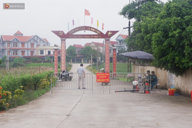 Hà Nội: Thành lập 3 chốt kiểm dịch, phun khử khuẩn toàn thôn nơi bệnh nhân Covid-19 sinh sống - Ảnh 2.