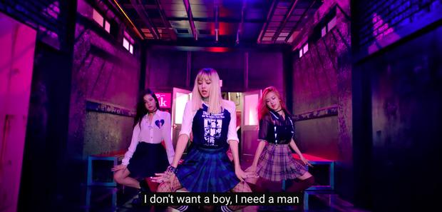 Khổ thân BLACKPINK: Ngồi không cũng bị nhóm nam đàn em cùng nhà đá xéo trong MV debut, tình chị em có chắc bền lâu? - Ảnh 9.