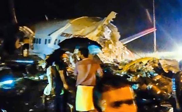 Nóng: Máy bay Ấn Độ chở gần 200 người trượt khỏi đường băng gãy làm đôi - Ảnh 1.
