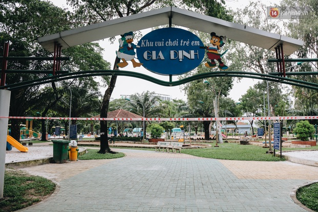 Người lớn vẫn để trẻ em vào khu vui chơi tại công viên ở Sài Gòn dù đã có thông báo tạm dừng hoạt động để phòng dịch Covid-19 - Ảnh 1.
