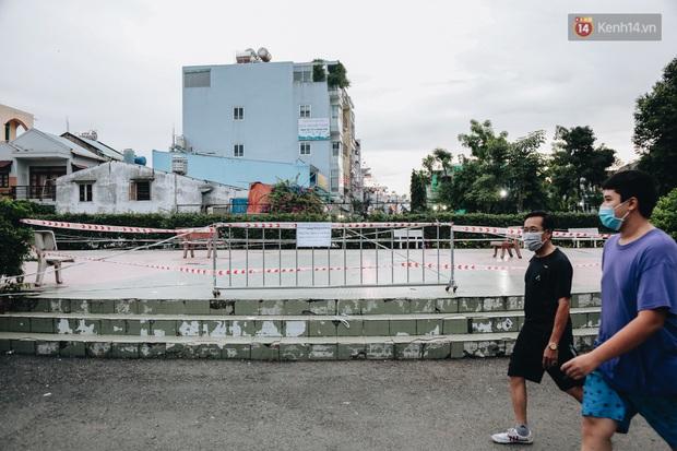 Người lớn vẫn để trẻ em vào khu vui chơi tại công viên ở Sài Gòn dù đã có thông báo tạm dừng hoạt động để phòng dịch Covid-19 - Ảnh 6.