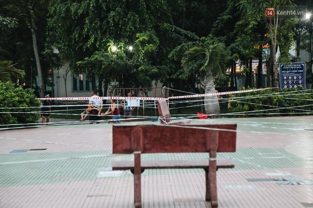 Người lớn vẫn để trẻ em vào khu vui chơi tại công viên ở Sài Gòn dù đã có thông báo tạm dừng hoạt động để phòng dịch Covid-19 - Ảnh 8.