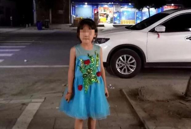 Bé gái 7 tuổi xin đi chơi nhưng không về, 2 ngày sau gia đình tìm được con dưới lớp đất lạnh lẽo tại vườn nhà hàng xóm - Ảnh 2.