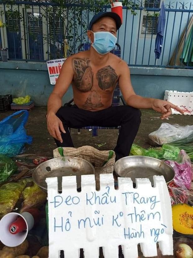 Anh bán rau nhận ngàn lời khen bởi ý thức phòng dịch cực cao: Không đeo khẩu trang bán đắt gấp đôi - Ảnh 1.