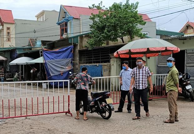 Chủ tịch tỉnh Thanh Hóa yêu cầu đình chỉ 2 cán bộ TP Sầm Sơn lơ là chống dịch Covid-19 - Ảnh 2.
