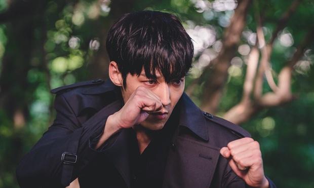 Gây choáng hơn cả Peninsula là khi zombie hóa cảnh sát ở phim mới của vua báo thù Choi Jin Hyuk - Ảnh 1.