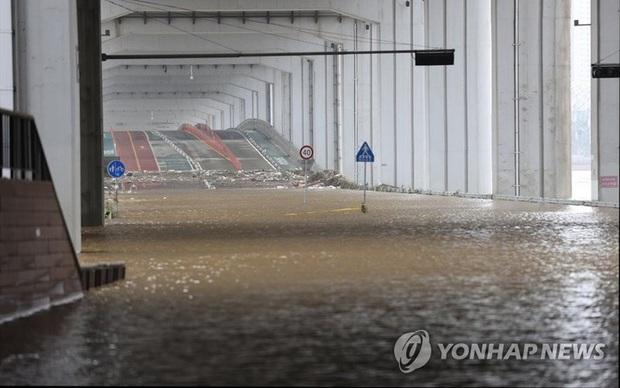 Mưa lớn ở Hàn Quốc: 10 người chết, hàng nghìn người phải sơ tán - Ảnh 1.